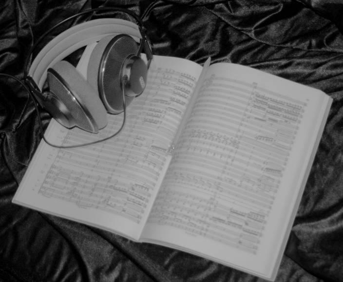 Studiobild mit Partitur und Kopfhörer